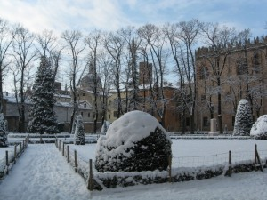 Tetti di Mantova innevati.