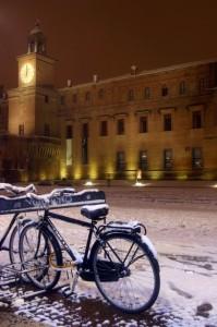 Biciclette innevate davanti al Castello di Carpi