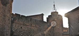 la torre con l'orologio castello orsini-ruspoli