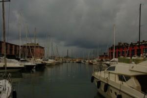 Genova Schiacciata Sul Mare.. Sembra Cercare Respiro Al Largo Verso L'Orizzonte..