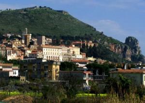 panoramica del centro storico ai piedi del monte del tempio di giove