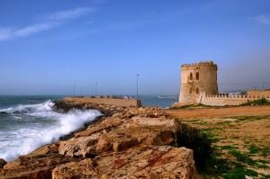 Le onde si infrangono sul molo di Torre Vado