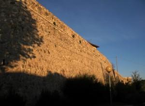 La luce del tramonto sulle mura di Gemmano