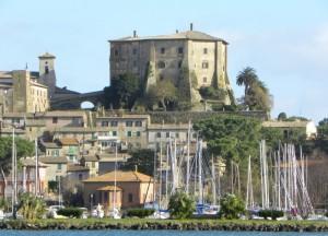 Il castello sovrasta le barche