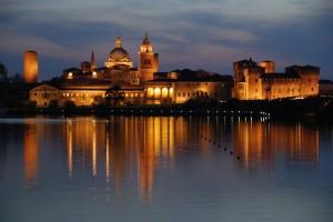 Il Palazzo Ducale si riflette sul Lago Inferiore
