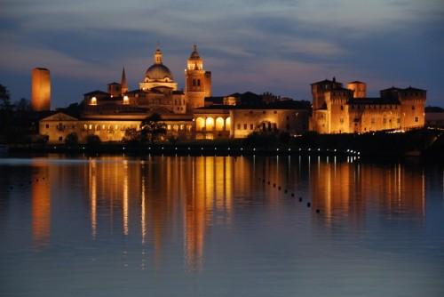Mantova - Il Palazzo Ducale si riflette sul Lago Inferiore