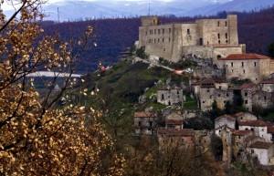 Tra le fronde il Castello Caracciolo