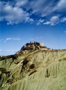 Castello di Canossa e i suoi calanchi