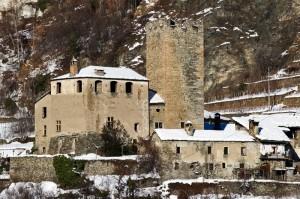 Il castello di Avise illuminato dal sole