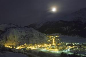 La Thuile notturna con luna