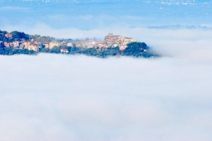 Torrita Tiberina emerge dalla nebbia