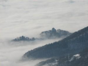 Il santuario di Graglia spunta tra le nuvole