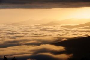 Panoramica valtaro  tramonto con nebbia