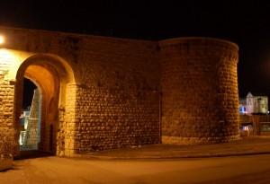 accanto al fortino si affaccia prepotente la Cattedrale di trani