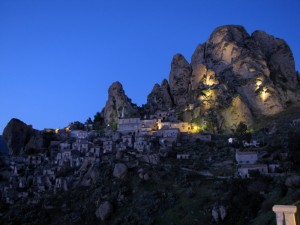 …si fa sera sul borgo di Pentidattilo.