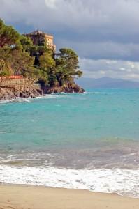 Castello di Paraggi dalla spiaggia