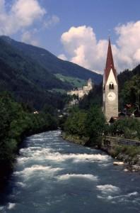 L'Aurino, la chiesa e il castello