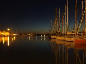 Tenui luci sul porto al tramonto