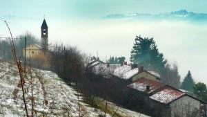 un campanile nella nebbia
