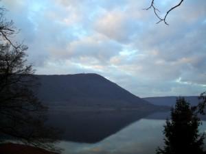 Si spegne il giorno sulle rive del lago di Vico