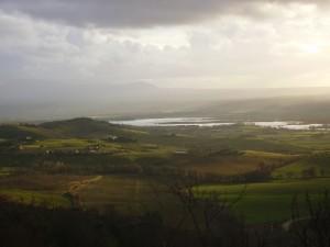 La verde valle del Tevere che si stende intorno al Lago di Alviano