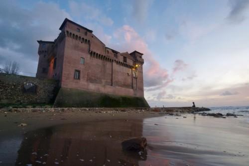 Santa Marinella - Castello Santa Severa tramonto dalla battigia