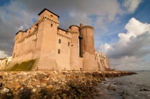 Il castello avvolto dalla luce calda del tramonto