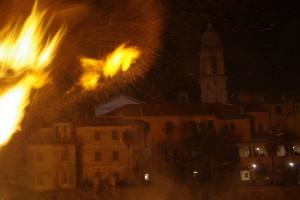 Alla luce del tradizionale falò di San Geminiano