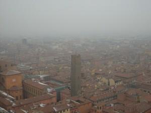 Bologna avvolta dalla nebbia