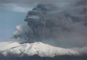 Etna: colonne di cenere