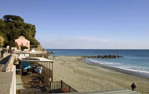 Matrimonio Spiaggia Albisola : Albisola superiore l ultima spiaggia un po meno