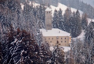 nevica su Schloss Welsberg di Monguelfo