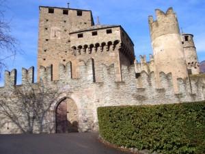 Le inconfondibili torri e mura merlate del castello di Fenis