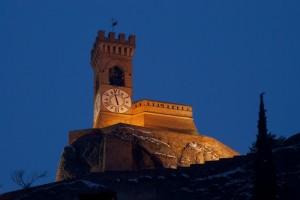 La torre sovrasta il borghetto