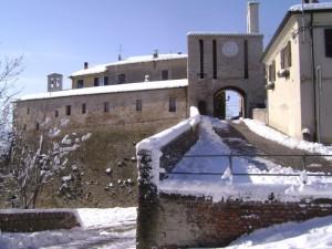 Il castello di Candelara innevato