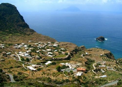 Malfa - L'abitato di Pollara e il faraglione