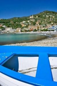 La barca blu e la spiaggia
