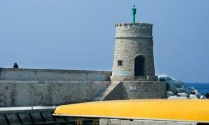 Torre e barca gialla