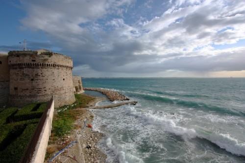 Taranto - Assalito dalle onde...