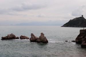 la torre normanna e il mare