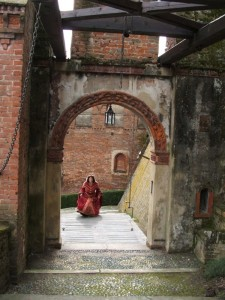Passeggiando nel cortile del castello