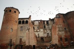 uccelli in volo sul castello