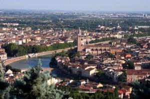Una città meravigliosa sorge sulle rive del fiume Adige