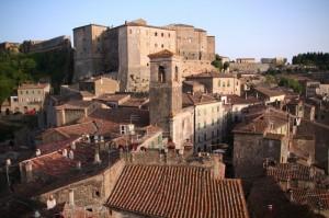 il centro storico e la fortezza Orsini