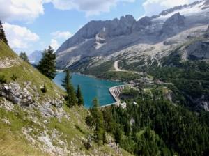 Incastonato fra le montagne ecco una specchio: il Lago di Fedaia