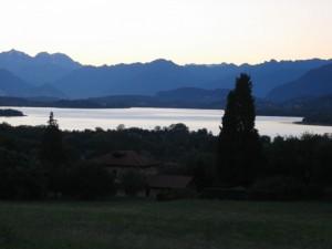 Tramonto sul lago di Varese dalla Piazza Ghiringhelli di Azzate