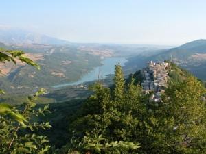 Coledimezzo, con il Lago di Bomba