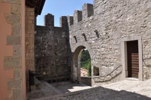 Entrata al borgo fortificato di Castelmonte