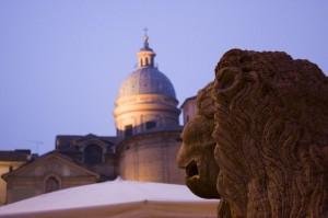 il leone guarda la città