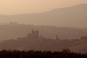 Tramonto sulle Langhe e il castello di Grinzane